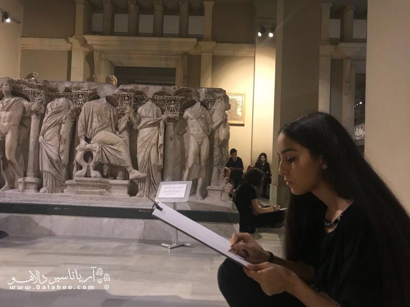 ساختمان اصلی موزه باستان شناسی و مجسمه های داخل ساختمان از دوران یونان باستان