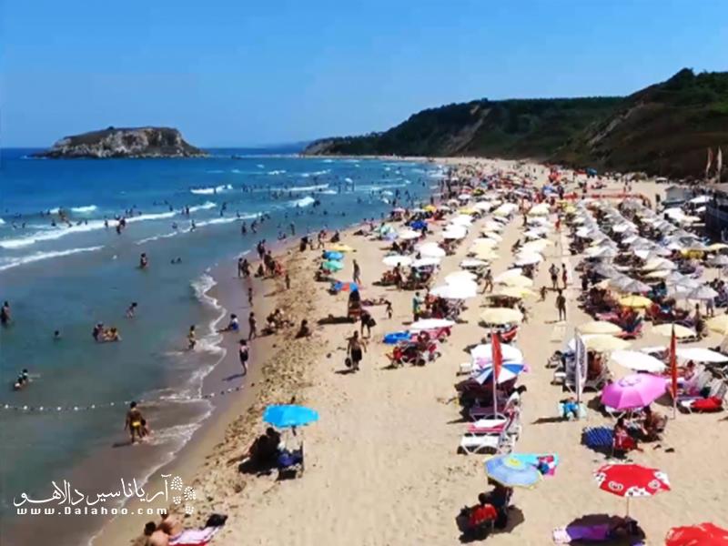 پلاژ آکوابیچ، یکی از پلاژهای پرطرفدار این ساحل است که در روزهای تعطیل باید از قبل آن را رزرو کنید.