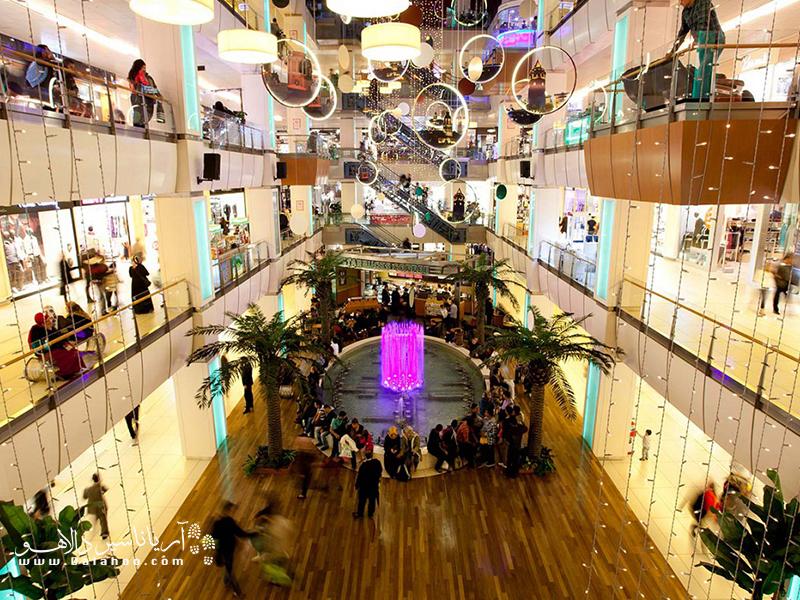 مرکز خرید هیستورا پر از مغازههای متنوع است.