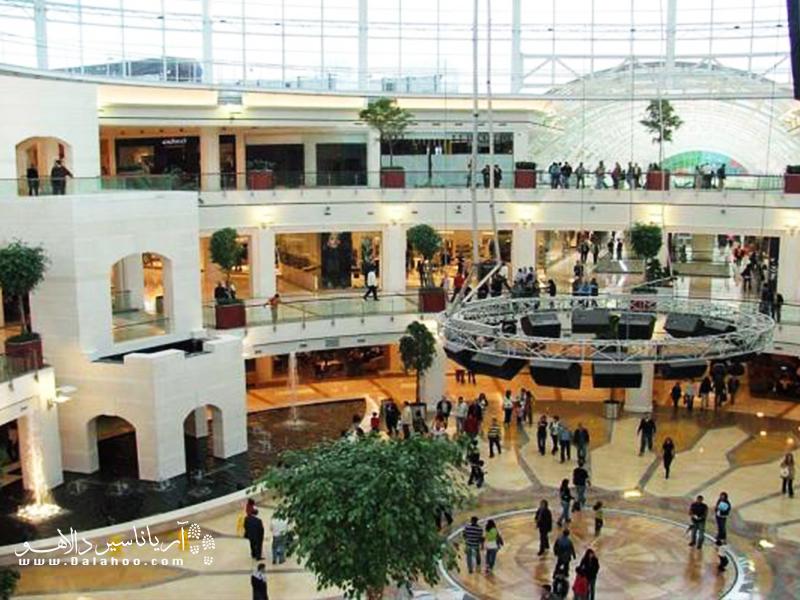 سقف متحرک مرکز خرید اوت لت ایرپورت یکی از جذابیتهای این مرکز است.
