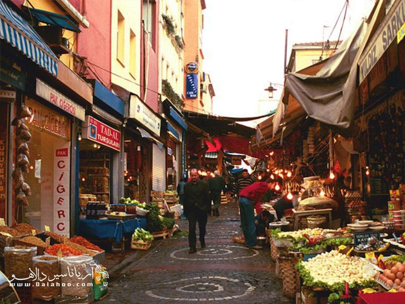 معروفترین بازار هفتگی استانبول جمعه بازار کادیکوی (Kadıköy) است.