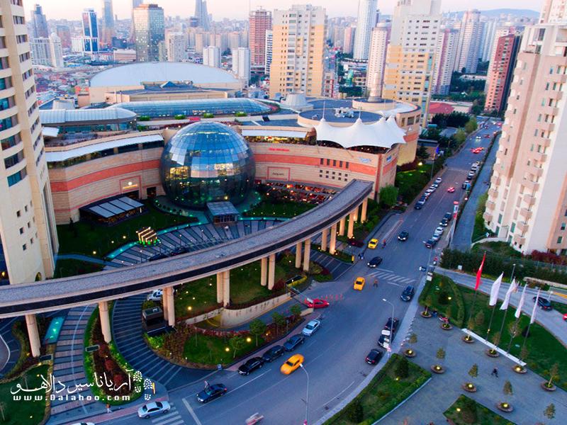 امروزه مراکز خرید اغلب با معماری مدرن ساخته میشوند و امکانات بیشماری دارند.