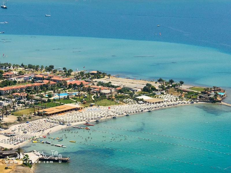 آلاچاتی، در میان شبه جزیره زیبای چزمه قرار گرفته و از محبوبترین جزایر ترکیه است.
