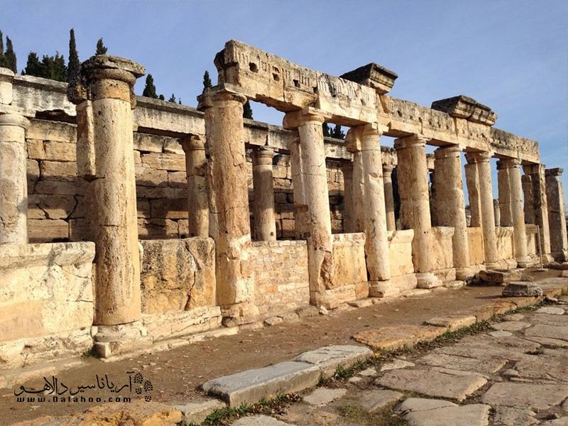 معبد آپولون بر روی پولوتون بنا شده است.