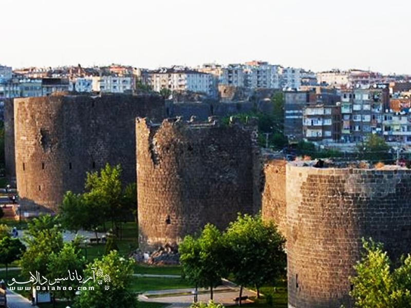 دیاربکر به عنوان یکی از مهمترین شهرهای باستانی ترکیه در سواحل رود دجله واقع شده و دیواری قدیمی و سنگی نیز سرتاسر آن را فراگرفته است.