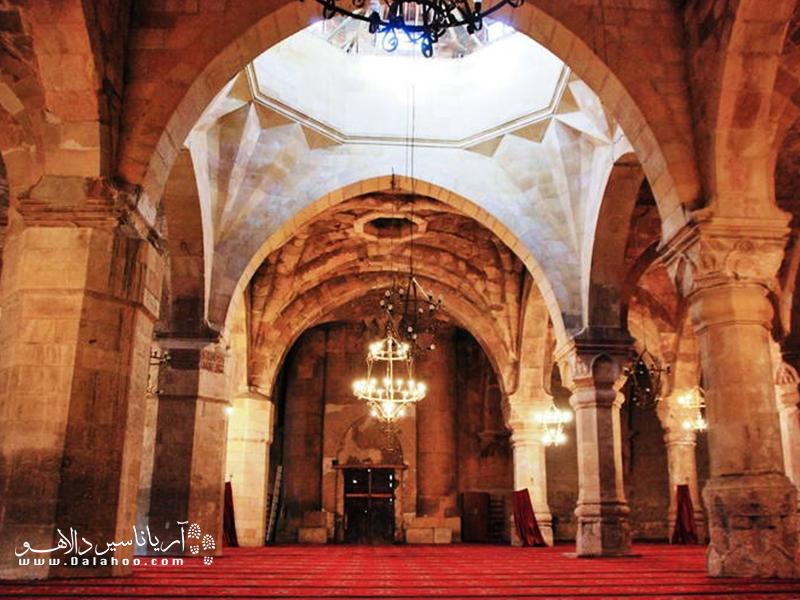 معماری سقف مسجد دیوریغی حیرتانگیز است.
