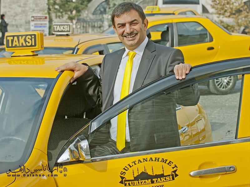 تاکسیها کرایه را بر اساس تاکسیمتر محاسبه میکنند.