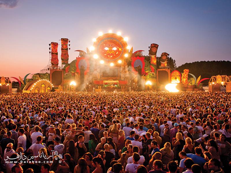 تابستان پر از فستیوالهای مهیج است.