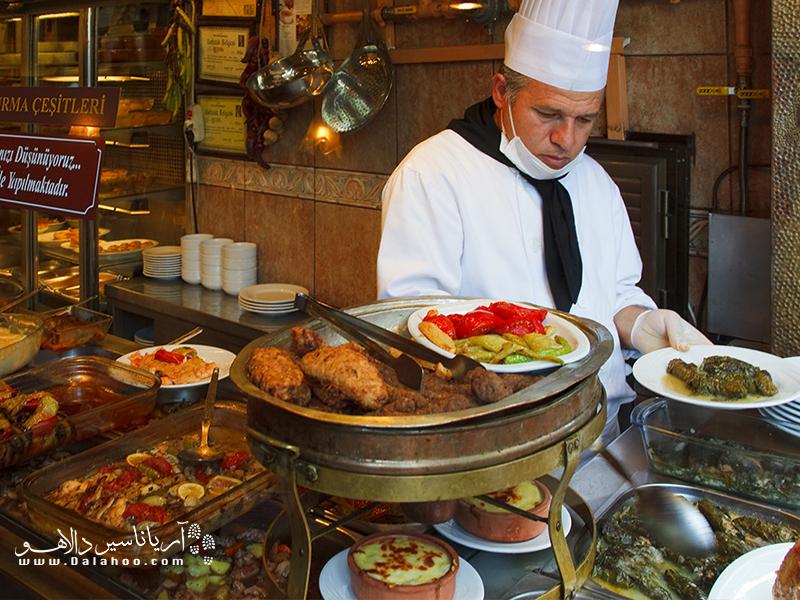 در رستورانهای محلی استانبول میتوانید غذای خوشطعم ترکی را با قیمتی مناسب تهیه کنید.