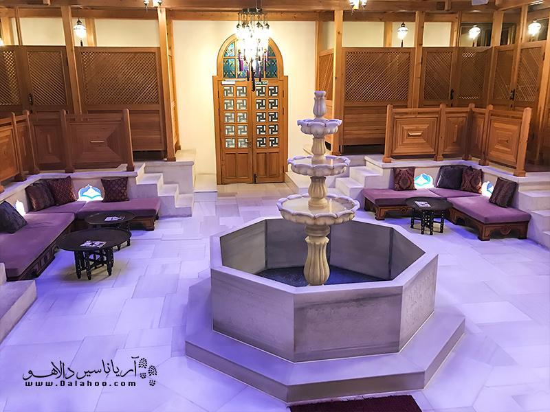 بنای تاریخی حمام خرم سلطان بین موزه ایاصوفیه و مسجد جامع سلطان احمد قرار دارد.