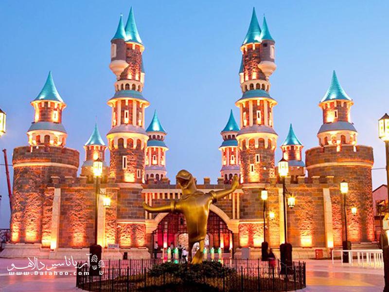 چرخ و فلک، سالنهای نمایش، تونلهای ماجراجویانهاین شهربازی آن را به یکی از مهیج ترین شهربازیها تبدیل کرده.