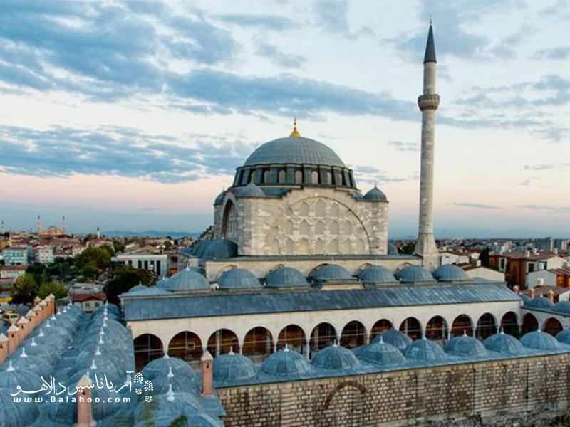 مسجد جامع مهر ماه یا مسجد اسکله در این میان بسیار مشهور است.