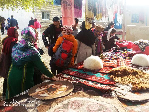در این اقامتگاه صنایع دستی زیادی مانند  قالیبافی، نمدبافی، بافت لباسهای سنتی و... وجود دارد.