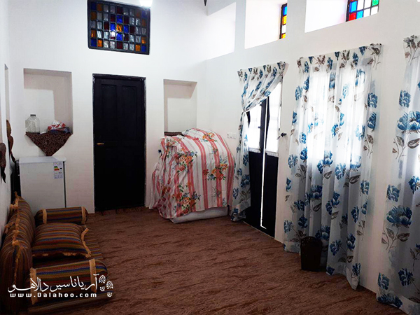 اقامتگاه مان همیشه سبز در بافت قدیم بوشهر قرار دارد.