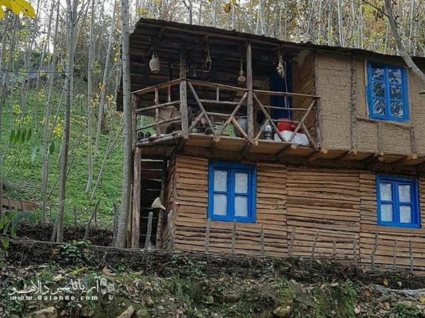 سبک معماری این اقامتگاه کاملا همسان با طبیعت و شامل خانه درختی و خانه محلی در جنگل انجیلی در کنار رودخانه و آبشار است.