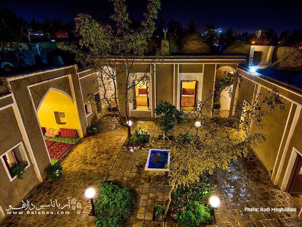 اقامتگاه بومگردی زاغ بور بیرجند در بافت تاریخی روستای اکبریه قرار دارد.