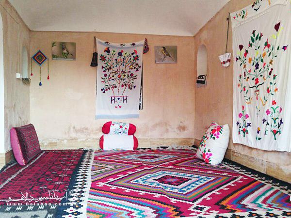 فضای داخلی یکی از اتاقهای اقامتگاه کلوت کویر.