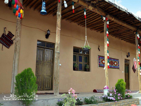 امکانات اقامتی و پذیرایی با غذاهای سنتی و دمنوشهای گیاهی در این اقامتگاه برای گردشگران فراهم میشود.