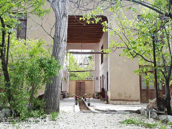 ین اقامتگاه در سال 1330، به دست مرحوم آقا محمد افتخار، در شهر زیبای قمصر، بنا شده است.