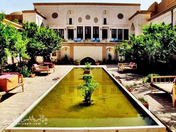 خانه احسان، نخستین خانه ی تاریخی کاشان است که با تغییر کاربری، به مجموعه فرهنگی اقامتی (اقامتگاه بومی) تبدیل شده.