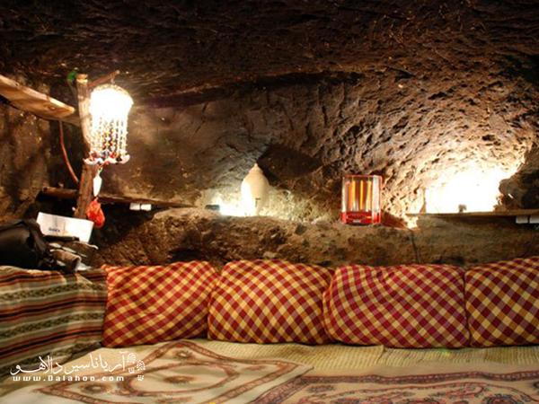 اقامتگاه صخرهای میمند در روستای تاریخی میمند کنار خانههای سنگی این منطقه قرار دارد.