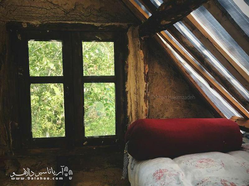 یکی از اتاقهای اقامتگاه کومه در استان مازندران همچنین پنجرههایی دارد.