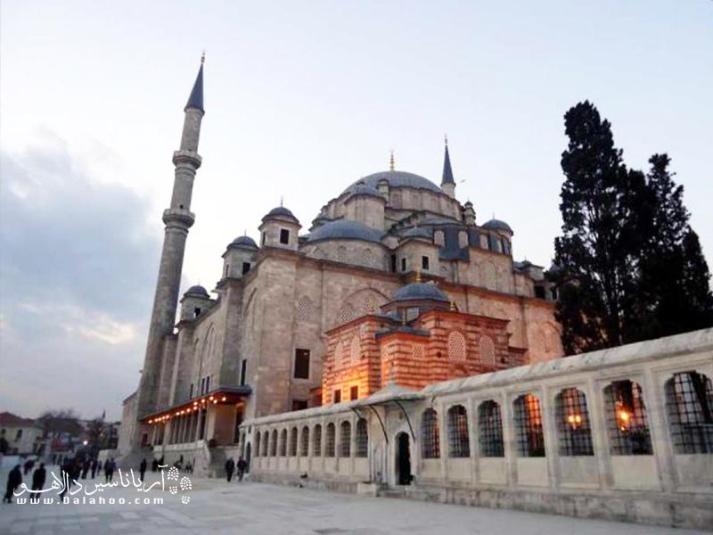 مسجد فاتح توسط سلطان محمد فاتح ساخته شد.