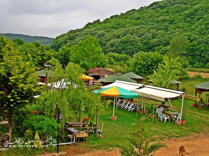 تپههای پوشیده از درخت، خانههای رنگی، آسمان آبی و هوای دلپذیر؛ چشمانتان محو این همه زیبایی در محله کمر بوگارز (kemerburgaz) خواهد شد.
