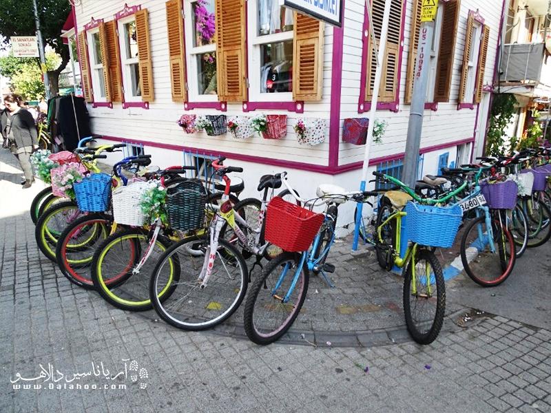 یکی از تجربههای دلچسب در بیوک آدا، دوچرخه سواری است.