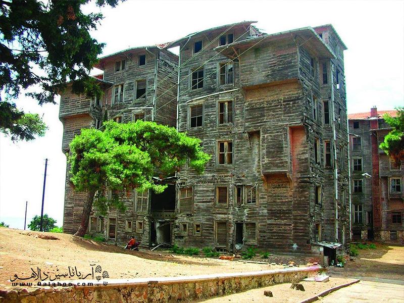 عمارت چوبی یتیم خانه پرینکیپو از بناهای خاص با معماری چوبی در جهان است.