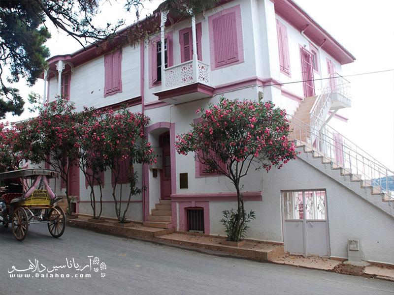 خانه نویسنده معروف ترکیه «رشات نوری گولتکین» یکی از جاذبههای بیوک آداست.
