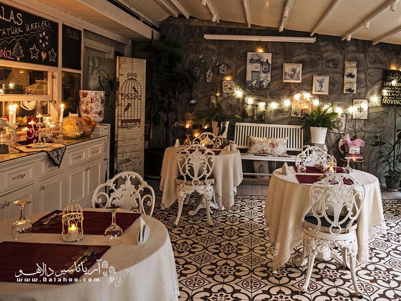 در رستوران سکرت گاردن غذاهای دریایی، مدیترانهای و اروپایی سرو میشود.