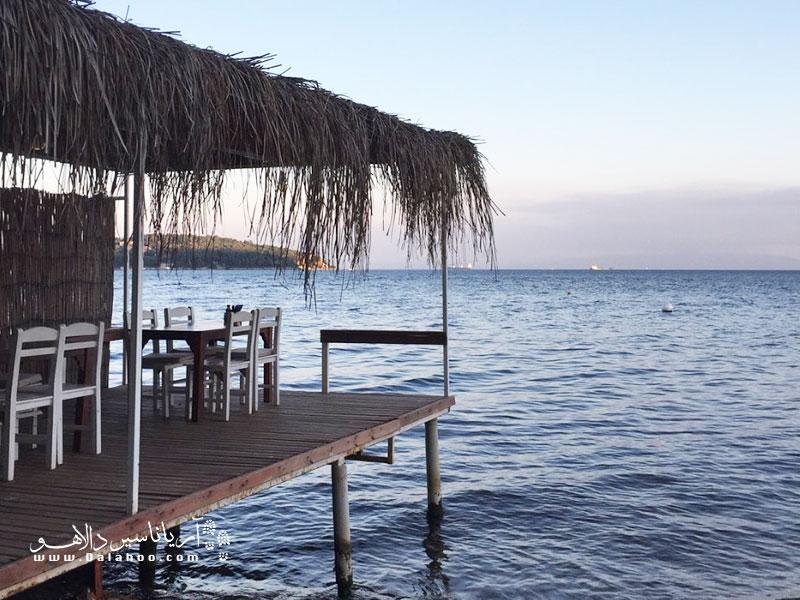 رستوران لوج آدای بیوک آدا در منطقه ساحلی بیوک آدا قرار دارد.