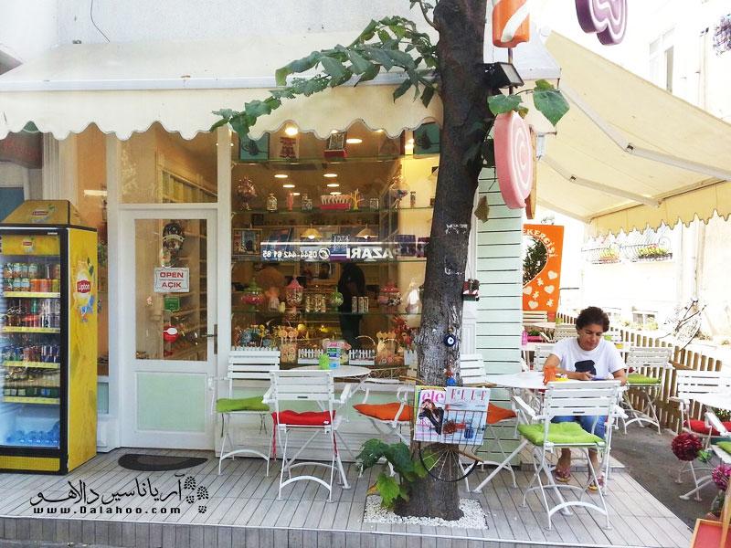 «کافی شاپ جزیره آب نبات» کافه کوچک، زیبا و رنگارنگی است که دسرهای خوشمزه آن خیلی طرفدار دارد.