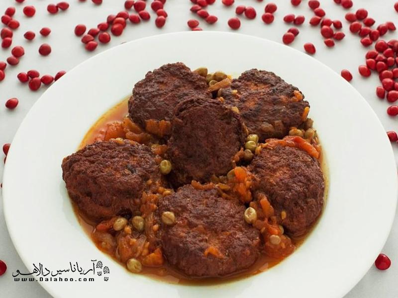 گوشت چرخکرده را با ترکیب ادویه، پیاز، زردک مخلوط کرده و ورز میدهند.