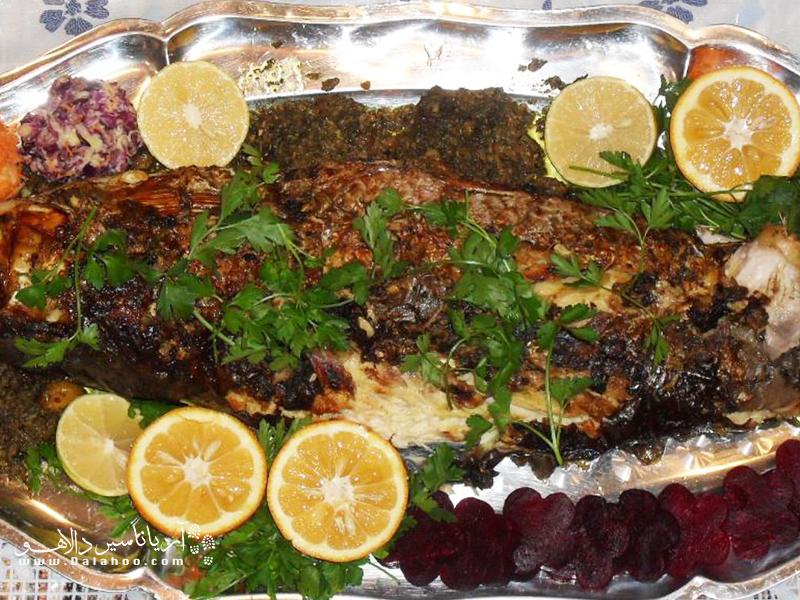 مالابیج ماهی سفید شکم پری است که از ترکیب رب انار، سبزیجات، گردو پر میشود.