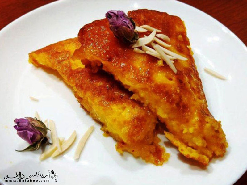 کوکو شیرین یکی از غذاهای خوشمزهای است که در رستوران اقبالی قزوین سرو میشود.