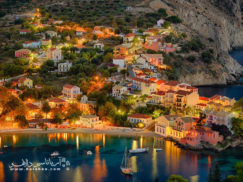 خانههای رنگارنگ روستایی، آبی چشمنواز دریا، ساحل آرام و بناهای تاریخی همه در فصل پاییز، در آسوس تماشایی میشوند.