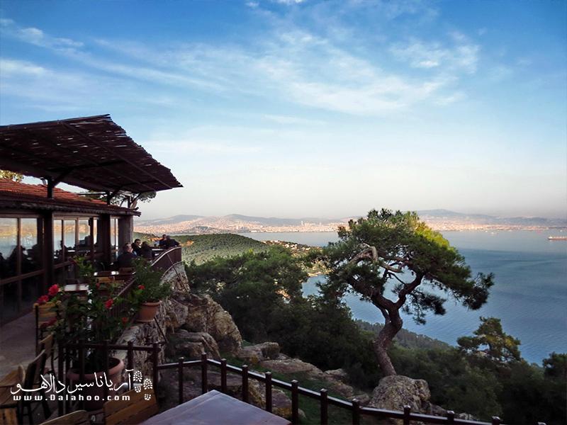 رستورانها و کافههای بیوک آدا با منظرهای از دریا.