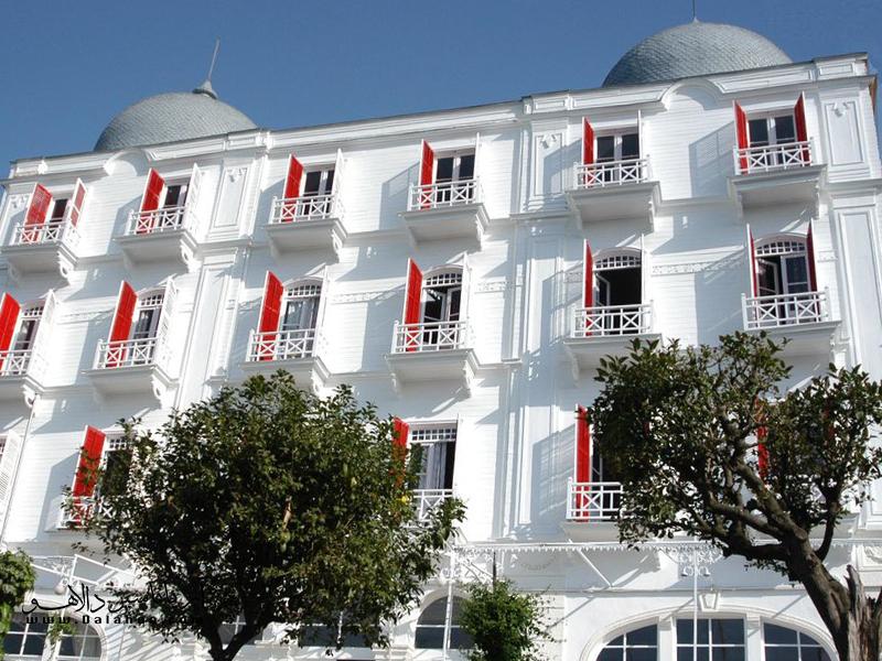وجود دو گنبد بر پشتبام و پنجرههایی با کرکرههای قرمز نشانهای برای پیدا کردن هتل Splendid Palace در جزیره بیوک آداست.