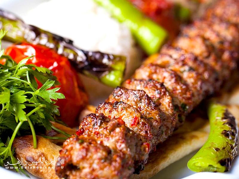 کباب آدانا هم مانند دیگر غذاهای این شهر تند است.