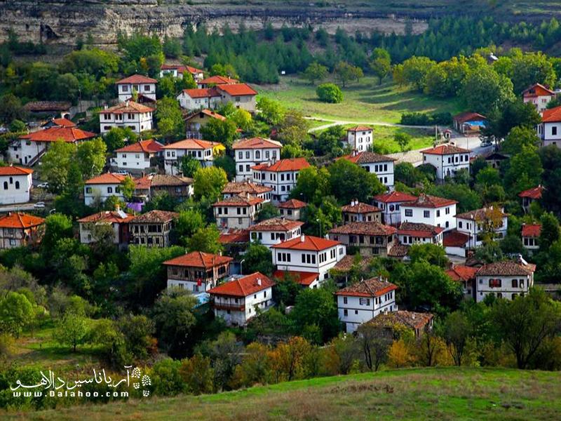 سافرانبلو شهری است که خانههای سفید با سقفهای شیروانی آجریاش معروف است..
