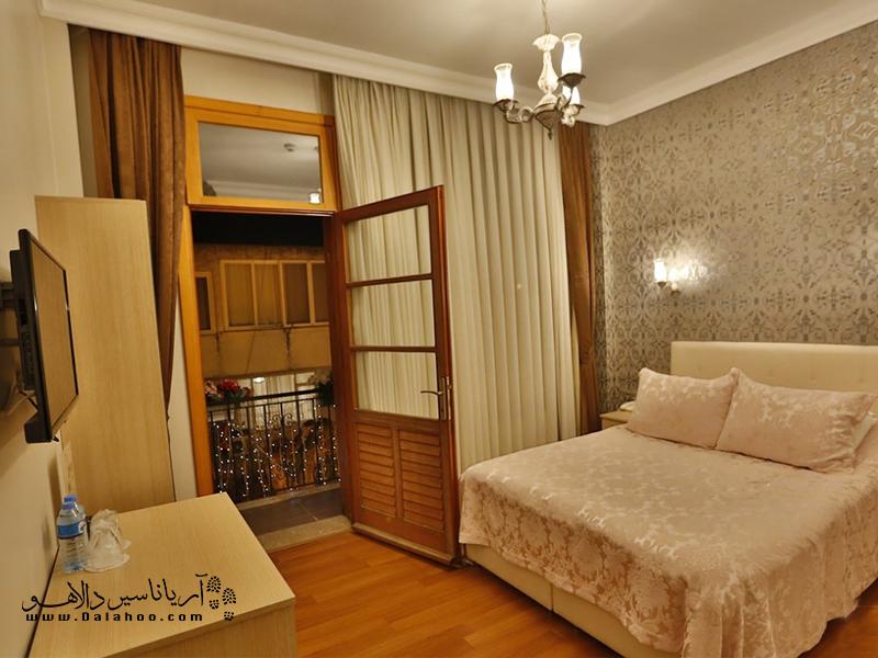 این هتل اتاقهای ساده و شیک با تراس کوچک دارد.