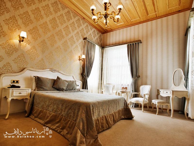 اتاقهای هتل Ada Palas در سبک کلاسیک با مبلمان دست ساز تزئین شدهاند.