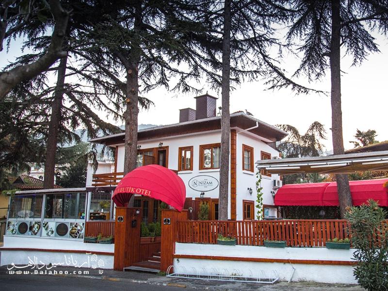 ساختمان هتل nizam butik در میان باغی قرار گرفته است.