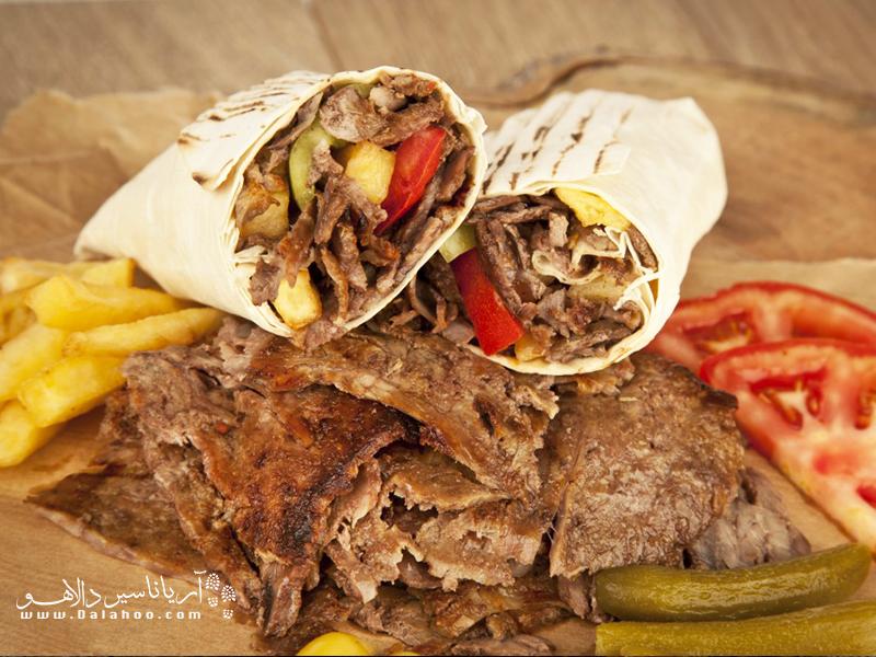 طعم خوشمزه کباب و نان خوشمزه ترکی در این غذا بینظیر است.