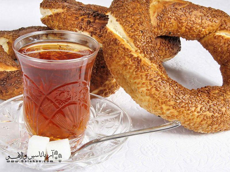 چای ترکی در استکانهای کمر باریک ریخته میشود.