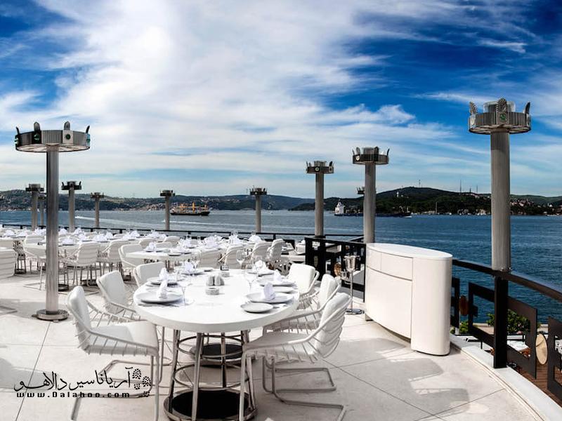 تراس این کافه رستوران که بیشتر برای سرو چای و نوشیدنی به انجا میروند کاملا سفید است.