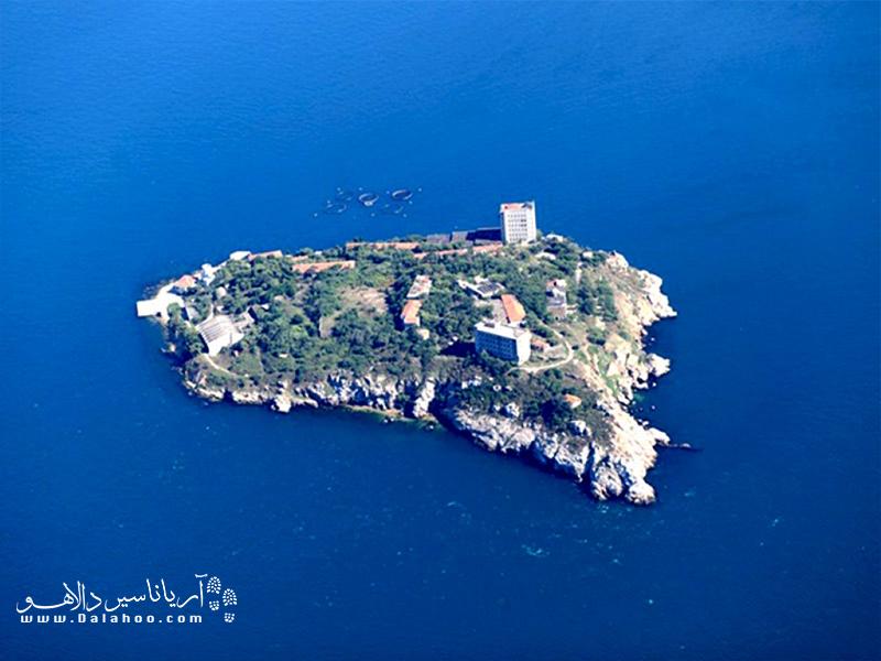 یاسی آدا، جزیره کوچک جزایر پرنس است.