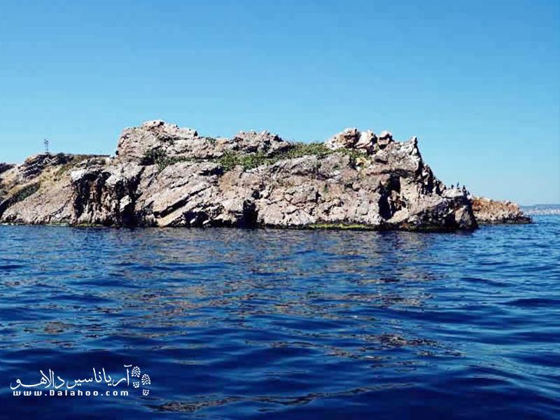 تاوشان آداسی، یک جزیره صخرهای است و مسکونی نیست.